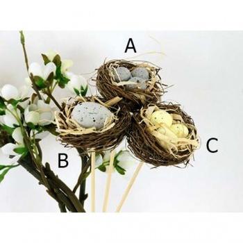 Hnízdo z proutí s plastovými vajíčky, zápich